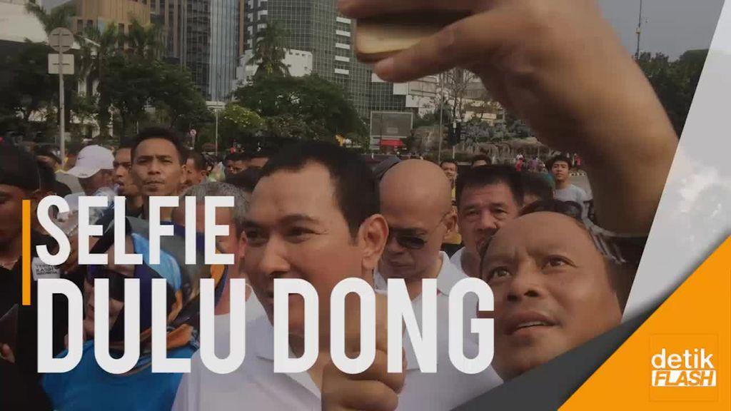 Tommy Soeharto Jadi Rebutan Selfie Saat CFD