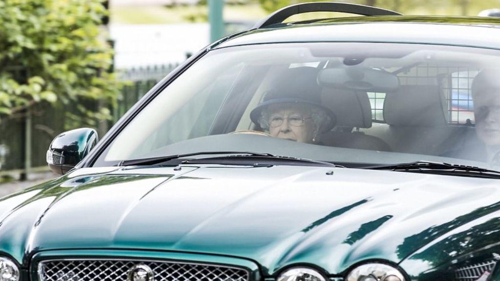 Ratu Elizabeth Ketangkap Kamera Setir Mobil Sendiri