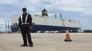 Intip Bongkar-Muat Mobil di Pelabuhan Tanjung Priok