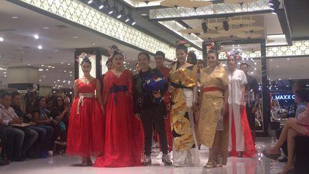 Vicky Shu hingga Iis Dahlia Jadi Model Koleksi Baru Hengki Kawilarang