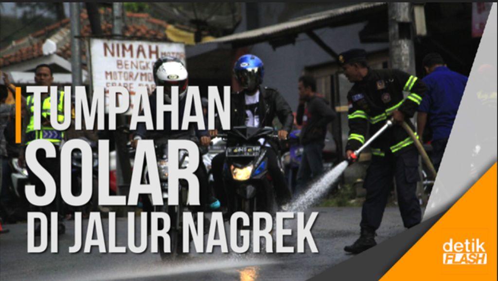 Cegah Kecelakaan, Petugas Bersihkan Tumpahan Solar di Jalan Cagak Nagrek