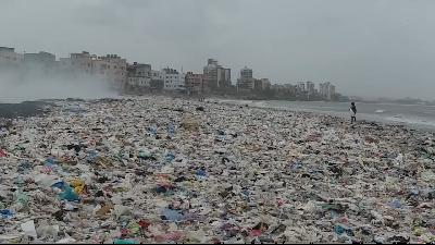 Pria Ini Bersihkan Pantai Penuh Sampah hingga Jadi Indah
