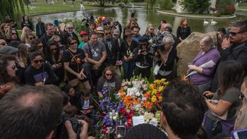 Duka Mendalam Saat Pemakaman Chris Cornell
