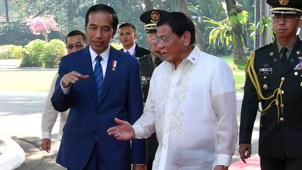 Tiba di Davao, Presiden Jokowi Disambut Presiden Duterte