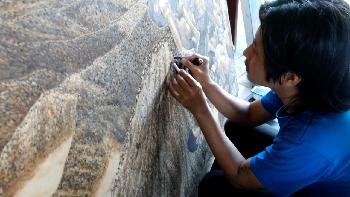 Gokil! Seniman Indonesia Ini Melukis dengan Rokok dan Obat Nyamuk