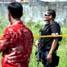 Anggota Densus 88 Mabes Polri dengan senjata lengkap bersiaga di sekitar rumah kos yang diduga ditempati dua tersangka teroris, Syaifudin Zuhri dan Mohamad Syahrir.