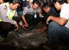 Jatuhan benda itu menimbulkan lubang dengan diameter 1 meter dengan kedalaman 5 cm. (Faiq).