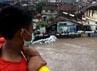 Tinggi muka air di jembatan Jambu Kampung Tukangan sudah mulai naik lebih dari 1 meter mendekati tanggul.