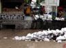 Warga Kampung Gemblakan Danurejan berjaga-jaga di sekitar tanggul dan memasang kantong pasir penahan bila air meluap ke tanggul.