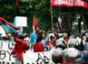 Para mahasiswa yang berada di bawah JPO meneriakkan yel-yel anti pemerintah.