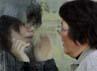 Seorang ibu berbicara dengan anaknya yang tengah diisolasi akibat terkena radiasi nuklir Fukushima. Reuters/Yuriko Nakao.