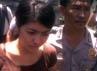Selly menuju Bandara Ngurah Rai dengan pengawalan polisi.