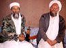 Osama Bin Laden duduk bersama Ayman al-Zawahiri di Afghanistan. (Photo by Visual News/Getty Images).