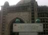Salah satu bangunan yang menjadi ikon dari Al-Zaytun adalah masjid Rahmatan Lil Alamin yang diperkirakan mampu menampung 150 ribu jamaah. Saat ini pembangunan masjid megah dengan tinggi sekitar 40 meter itu mangkrak. Kekurangan dana jadi penyebabnya.