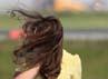 Tidak hanya busana, rambut putri cantik tersebut juga acak-acakan ditiup angin. Chris Jackson/Getty Images.