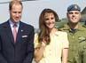 Kate dan Pangeran William berfoto dengan pasukan Kanada. Reuters/Ian Vogler/Pool.