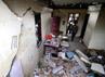 Beberapa warga memeriksa rumahnya yang rusak. AFP/Sutanta Aditya.