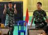 Dua prajurit TNI mengajar menyanyi lagu perjuangan SD Katolik Nanaeklot, Silawan, Belu, NTT yang berbatasan dengan Timor Leste