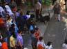 Petugas keamanan mengatur penonton karnaval. Acara tersebut dijaga ketat oleh aparat karena Solo baru saja diguncang bom bunuh diri di Gereja Bethel Injil Sepenuh (GBIS).