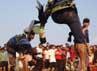 Acara ritual tradisional untuk meminta hujan ini dilakukan dengan cara adu pukul pada bagian kaki yang dilakukan oleh sepasang laki-laki dewasa dengan menggunakan peralatan berupa sebilah rotan sebagai alat untuk memukul. Arbi Anugrah/detikcom