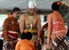 Pengantin putri GKR Bendara membasuh kaki suaminya KPH Yudanegara dalam acara panggih pengantin di Bangsal Kencana Kraton. (Lucas Aditya).