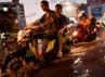 Para pengendara menerobos jalan yang tergenang banjir akibat meluapnya sungai Chao Phraya. Getty Images.