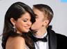 Selena Gomez dan Justin memamerkan kemesraan mereka saat berada di red carpet. Getty Images.