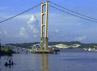 Seluruh ruas jembatan yang panjangnya mencapai satu kilometer tersebut runtuh total. Hanya pondasi dan bangunan tempat mengantungnya kabel yang terlihat masih utuh. (Sapto Anggoro).
