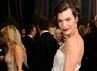 Milla Jovovich terlihat anggun dalam balutan gaun putih. Getty Images.