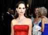 Natalie Portman menarik perhatian dengan dress merahnya. Getty Images.