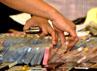Polisi menunjukkan barang bukti uang.