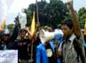 Massa yang tergabung dalam Pergerakan Mahasiswa Islam Indonesia (PMII) berorasi menolak kenaikan harga BBM di depan Gedung Negara Grahadi, Selasa (13/3/2012).