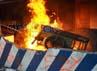 Massa memasukkan gerobak kayu ke dalam pos polisi yang sudah mulai dilalap api.
