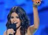 Selena sukses meraih penghargaan Aktris Televisi Terfavorit di Nickelodeons 25th Annual Kids Choice Awards. Kevork Djansezian/Getty Images.