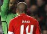 Keadaan tak berjalan baik untuk Benfica ketika Maxi Perreira mendapatkan kartu kuning kedua sebelum babak pertama habis. Reuters/Stefan Wermuth.