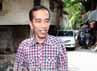 Jokowi berjalan kaki menuju markas Slank.
