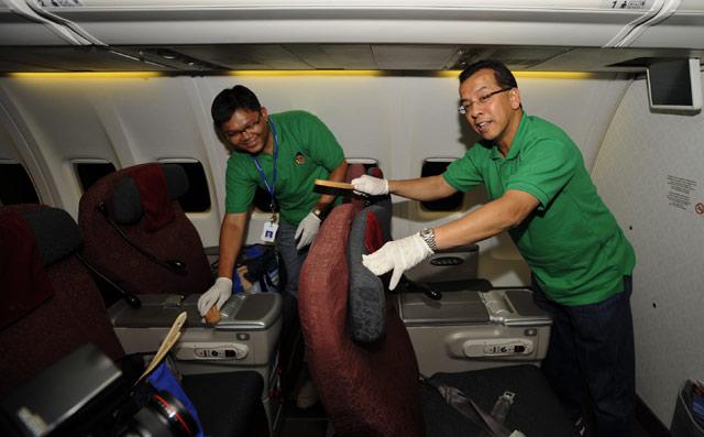 Bos Garuda Bersih-bersih Kabin Pesawat