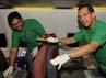 Dirut Garuda Indonesia, Emirsyah Satar bersama sejumlah karyawan membersihkan bagian kabin pesawat B737-800 NG. (Aryanto Wibowo)