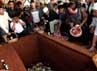 Keluarga dan pelayat menabur bunga ke makam Didik Nur Yusuf.