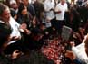 Para pelayat berdoa di sekitar makam Didik Nur Yusuf.
