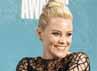 Elizabeth Banks dengan piala Best on-screen Transformation di The Hunger Games. Reuters/Danny Moloshok.