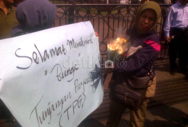 Puluhan Guru Demo di Gedung Sate