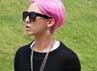 G-Dragon bergaya rambut pink saat menghadiri fashion show di Paris. (KPop Starz)