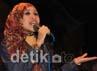 Aksi vokalis La Luna Manik saat peluncuran album. Agung Pambudhy/detikcom.