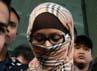 Tersangka kasus korupsi proyek PLTS Kemenakertrans, Neneng Sri Wahyuni, digiring petugas masuk ke rutan KPK. Ramses/detikcom.