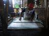 Sebelum digoreng, tahu dipotong-potong terlebih dahulu. Budi Sugiharto/detikSurabaya.