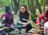 Kate dan anak-anak nampak asyik membakar marshmallow. David Parker-WPA Pool/Getty Images.