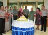 Selain setangkai mawar, Pangdam VII Wirabuana Mayjen Muhammad Nizam juga dihadiahi sebuah kue tart eksklusif dari jajaran Polda Sulselbar. (M Nur Abdurrahman/detikNews).