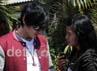 Saat berada di Studio RCTI, Kebon Jeruk, Jakarta Barat, Selasa (19/6/2012), Irwan menyempatkan diri memberikan tanda tangan untuk penggemarnya. Gus Mun/detikcom.