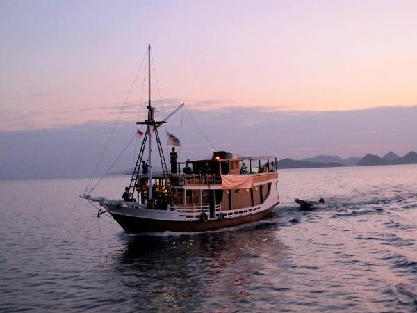 Menjemput Pagi di Laut Flores Barat